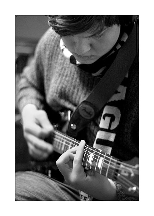 toca guitarra