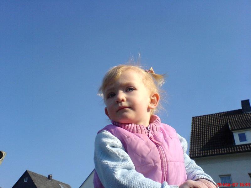 Tochter Sophia beim Blick in die Ferne.