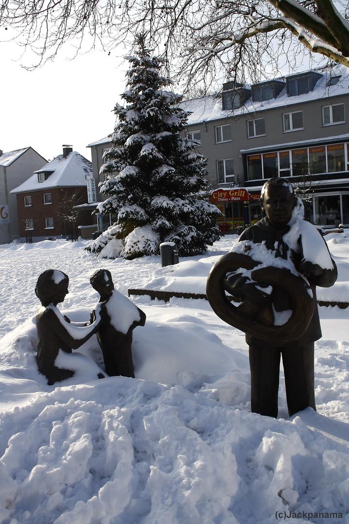 Tochter und Enkel vom Brezel-Opa auf dem Johann-Breuker-Platz in Kirchhellen im Schnee