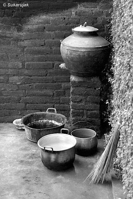 Tönerner Wasserspender.