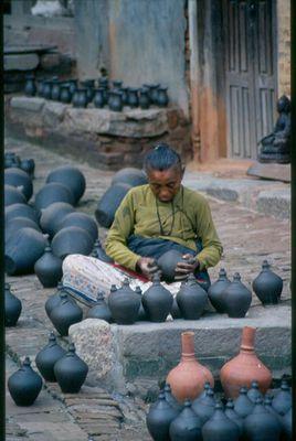Töpferin in Nepal