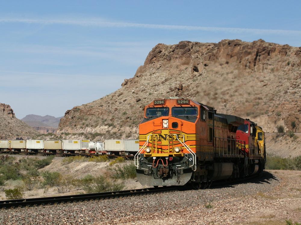 TOFC-Zug der BNSF im Kingman Canyon
