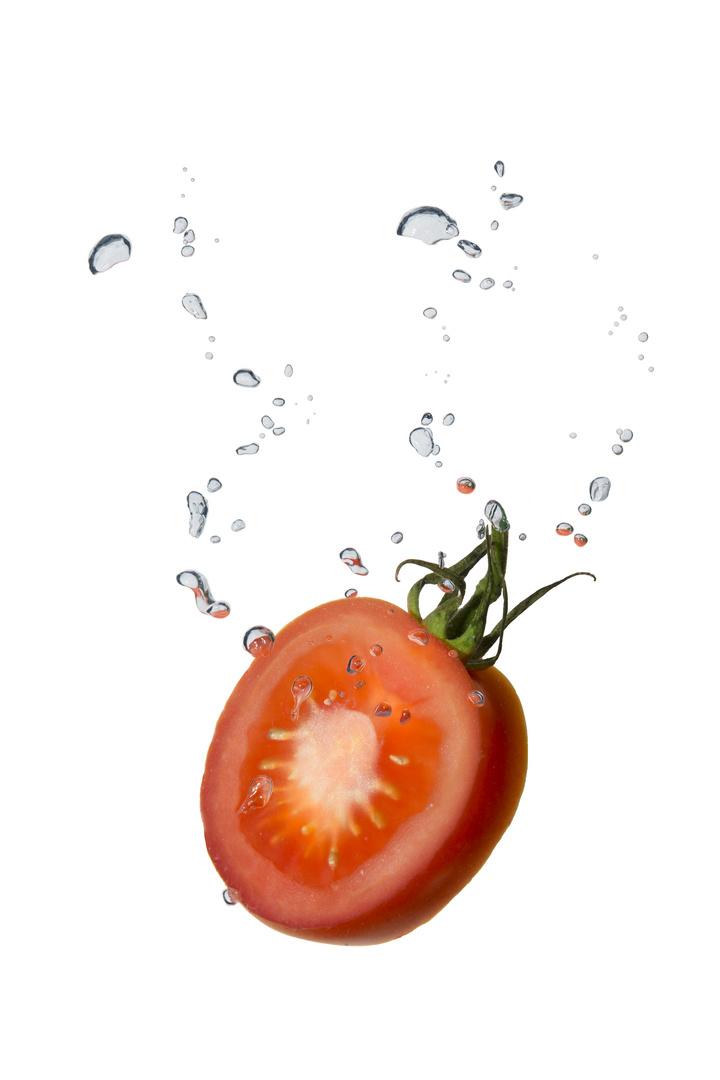 Tomate im Wasser mit Luftblasen II