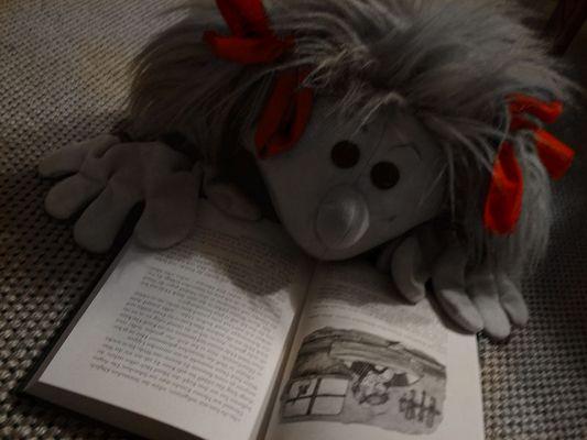 Tonia liest mit roten Schleifen
