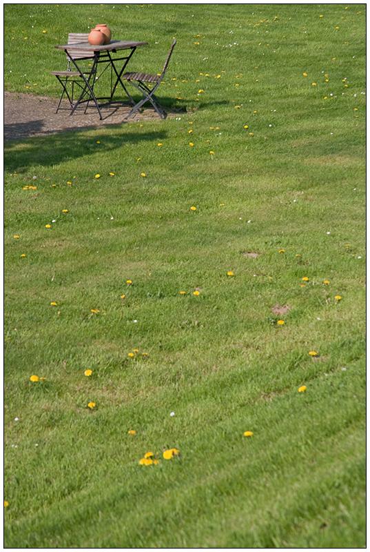 Tonkrüge im Vorgarten