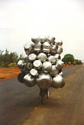 Topftransport auf dem Fahrrad in Südindien