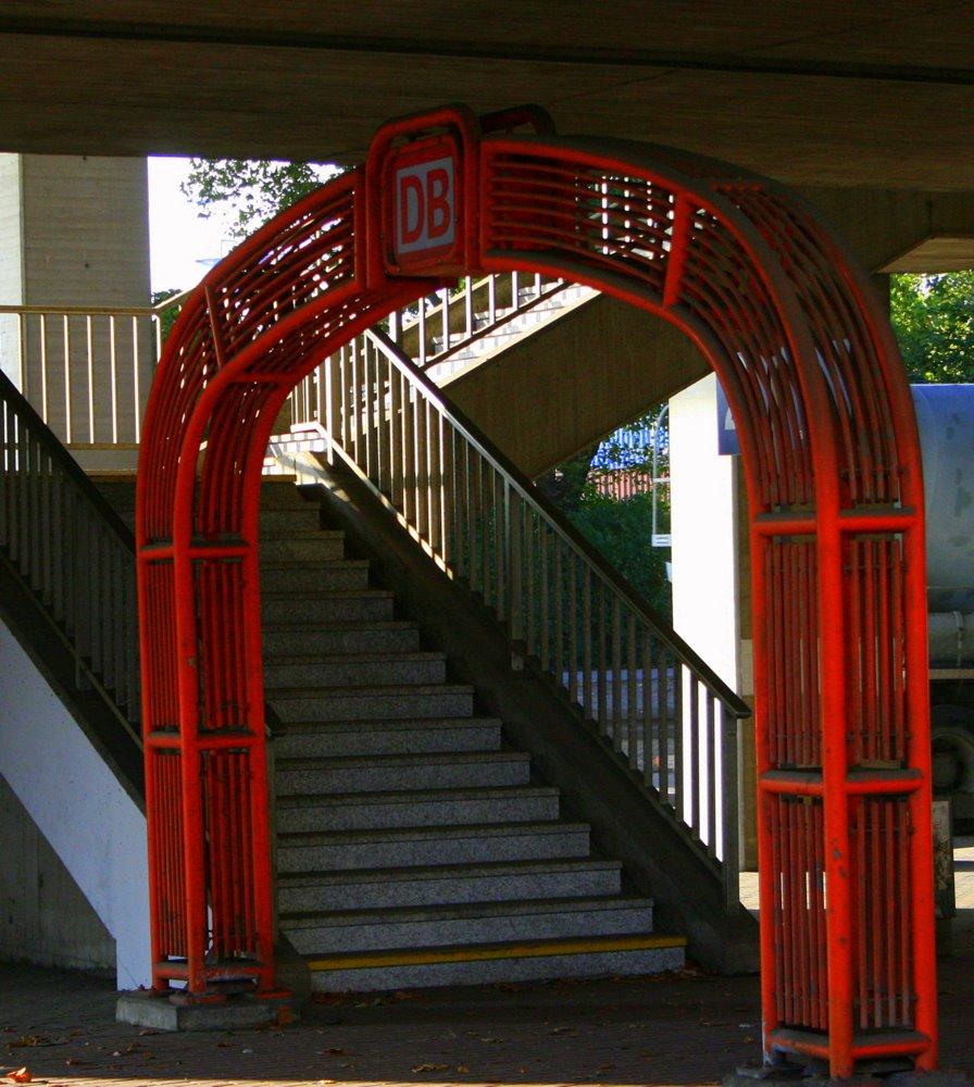 Tor unter Brücken