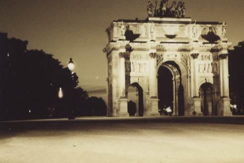 Tor vor dem Louvre bei Nacht