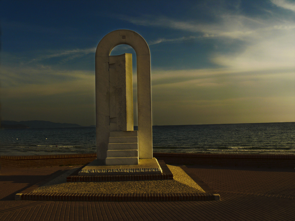 Tor zum Meer in der Toskana