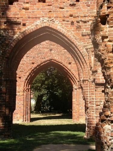 Torbögen der Ruine der Klosterkirche Eldena