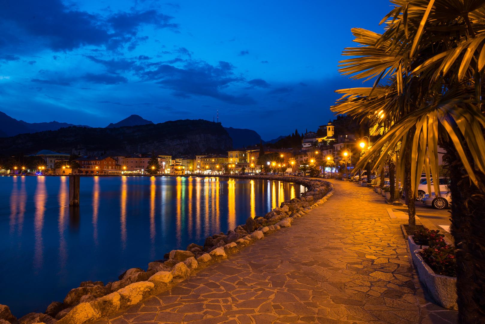 Torbole, Gardasee zur blauen Stunde