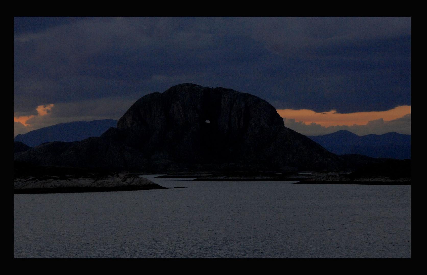 """""""Torghatten""""--der Berg mit dem Loch (ca.15-20m breit,35m hoch,169m Tiefe)"""