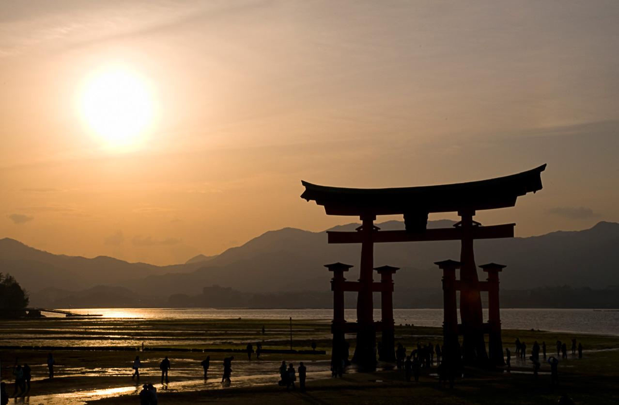 Torii des Itsukushima Schreins in der Abendstimmung