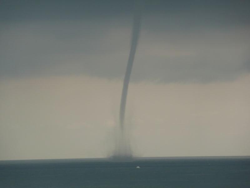 Tornado y barco