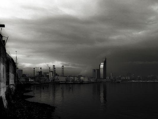 """Torre de las Comunicaciones (""""La Banana"""") desde la bahía de Montevideo"""