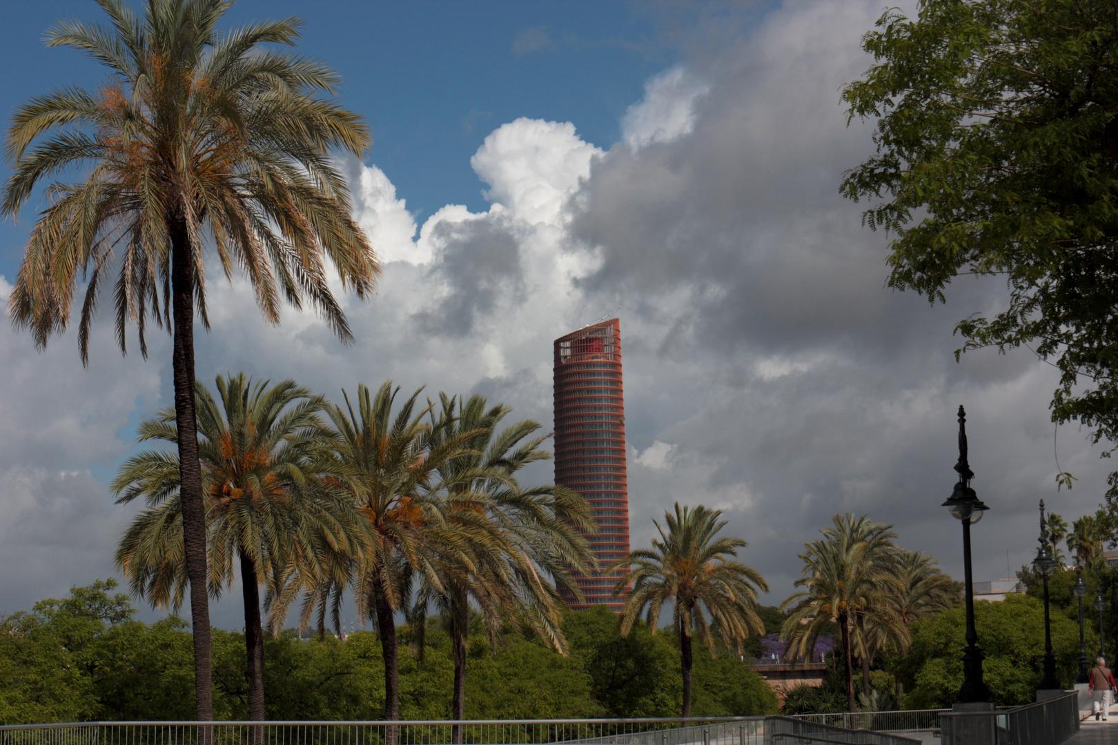 torre Pelli y palmeras
