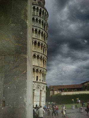 Torre pendente in un giorno cupo