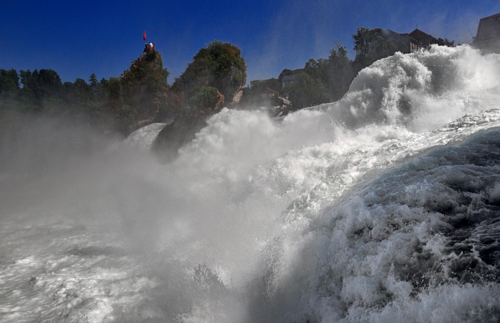 Tosendes Wasser am Rheinfall