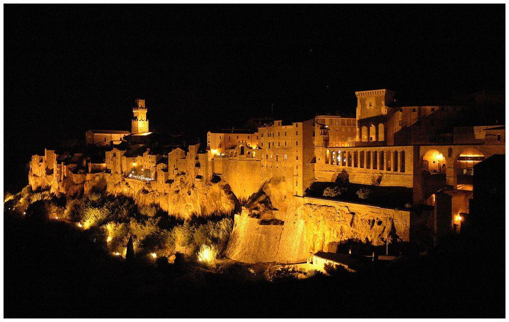Toskana Pitigliano bei Nacht