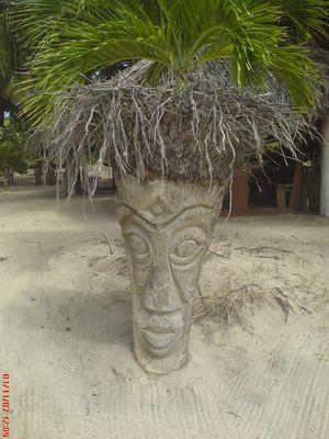 """totem sur fond de plage Caribeen à """"Pinel island"""" au nord de St Martin"""