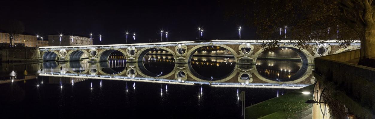 TOULOUSE (France), la Garonne et le Pont Neuf.