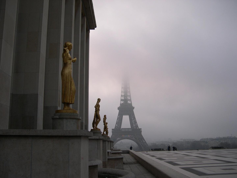 Tour Eiffel sous les nuages