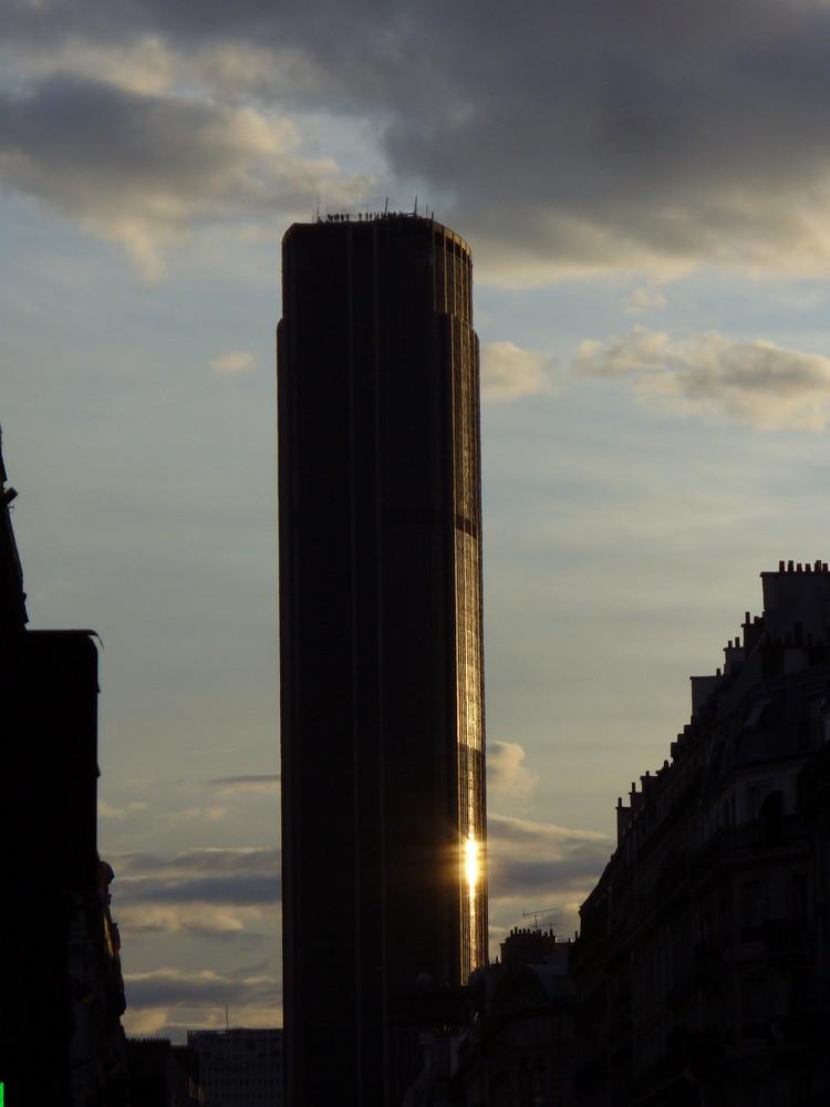 Tour Monparnasse au couché du soleil