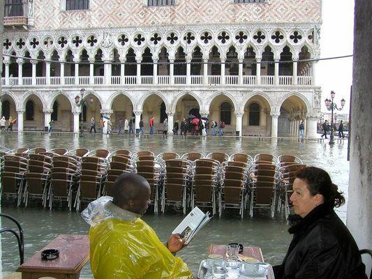 Touristen auf der Piazetta bei Hochwasser