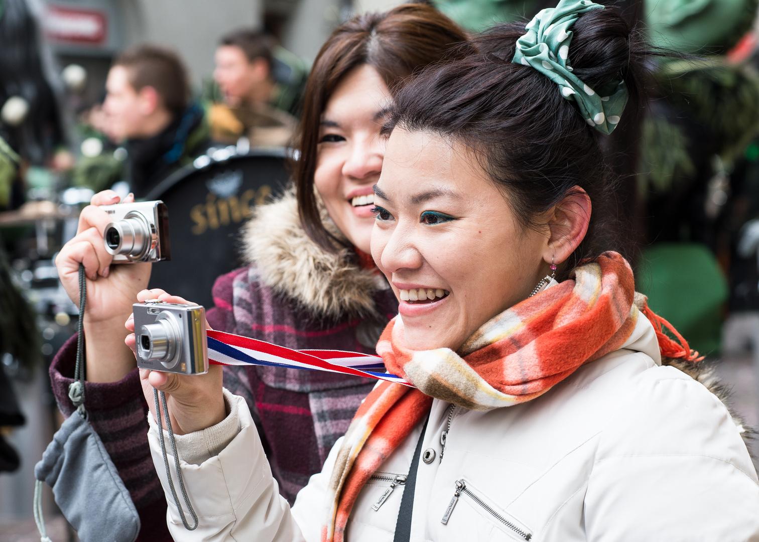 Touristen erfreuen sich an der Luzerner Fasnacht