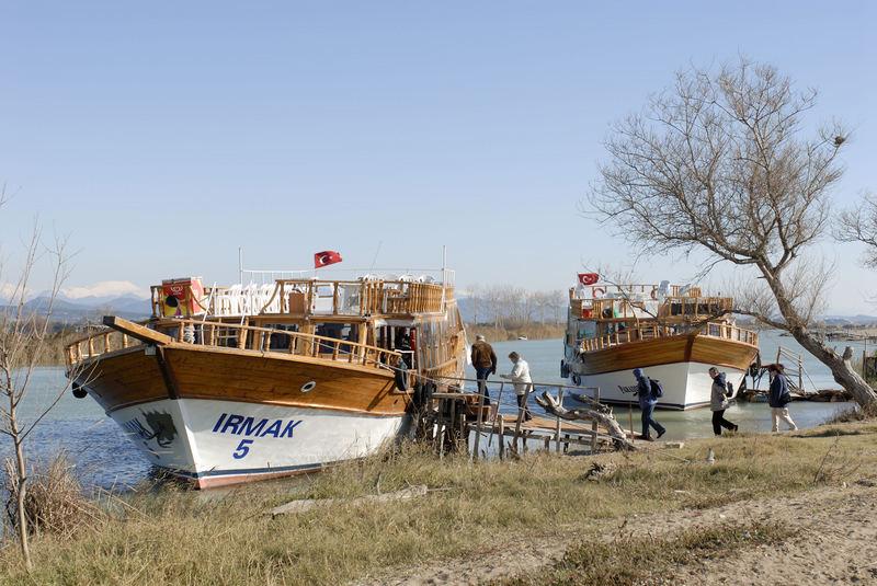 Touristen starten Bootstrip auf dem Manavgat Fluß