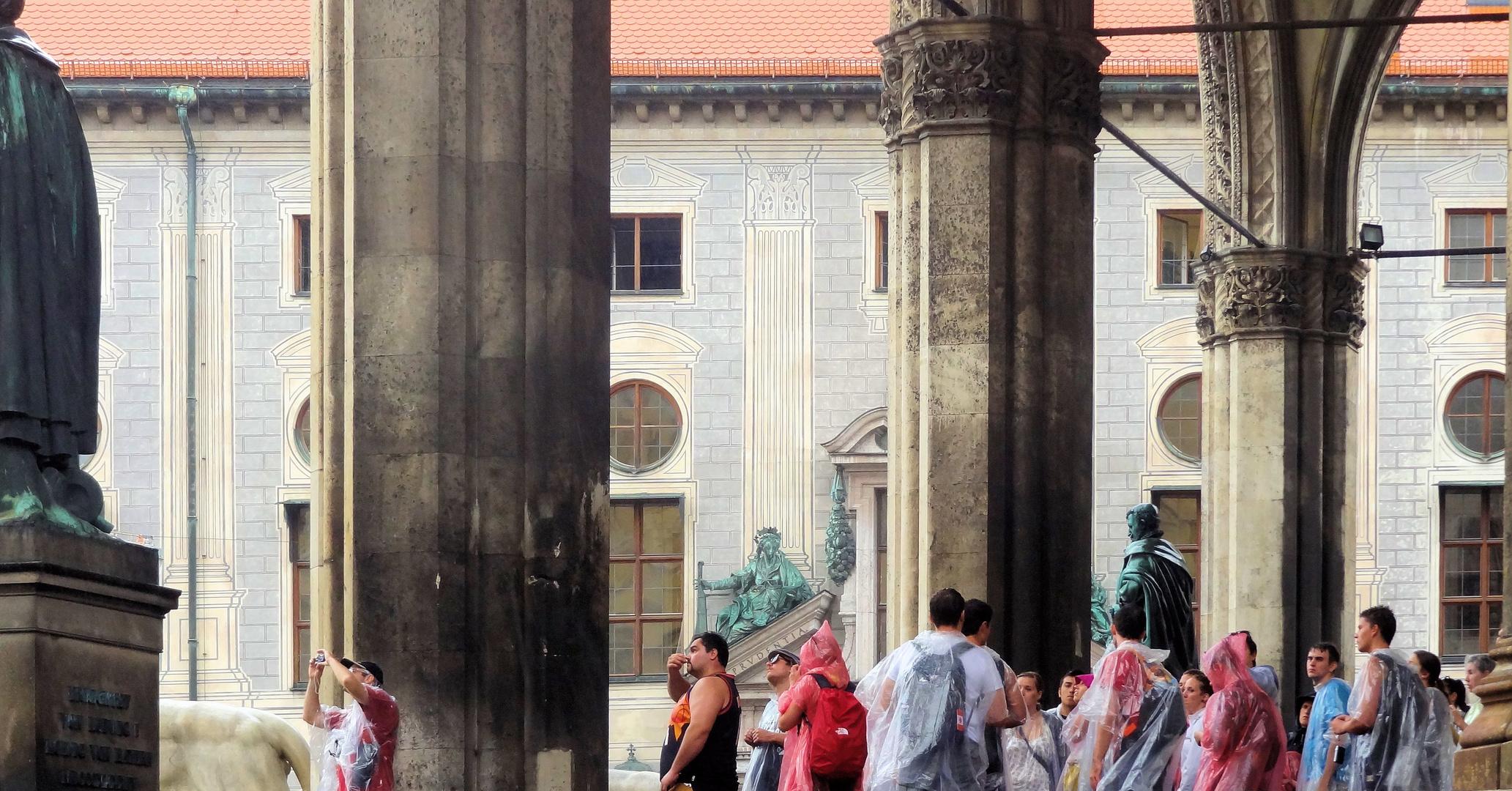 touristengruppe im sommerregen
