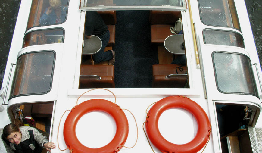 Touristenschiff im Amsterdam, einmal anders gesehen