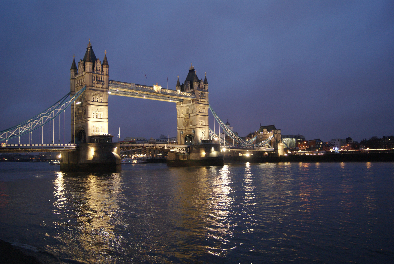 Tower bridge et ses lumières nocturnes, Londres