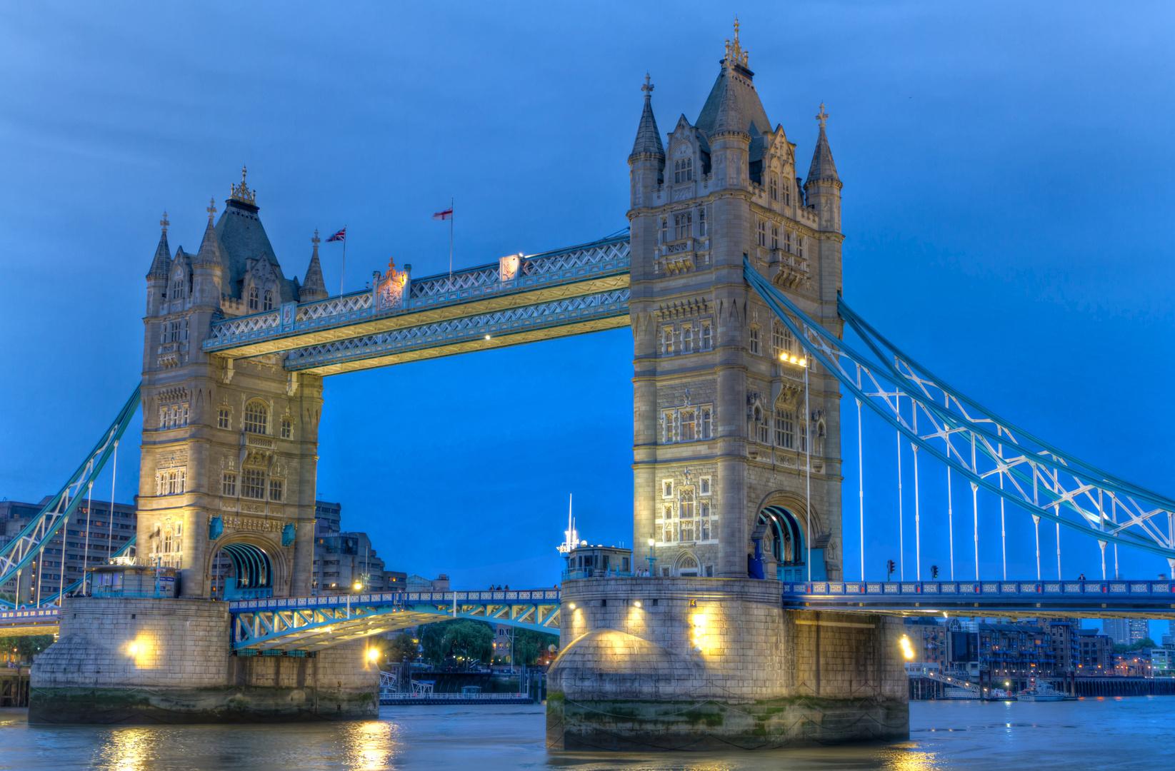 Tower Bridge in der Dämmerung