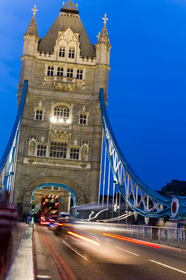 Tower Bridge in der Dunkelheit