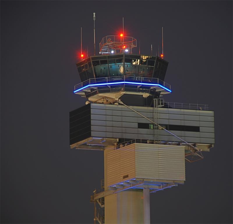 Tower Flughafen Düsseldorf bei Nacht