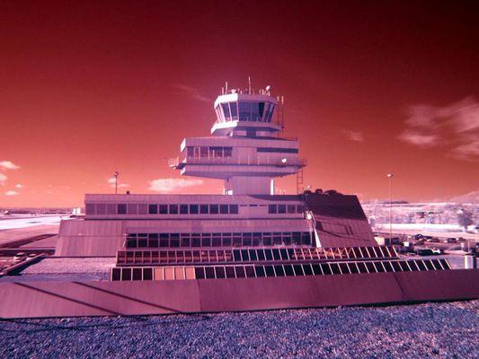 Tower-Gebäude Flughafen Linz mit Canon G2 u. Hoya IR