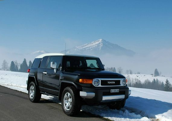 Toyota FJ Cruiser über dem Nebelmeer