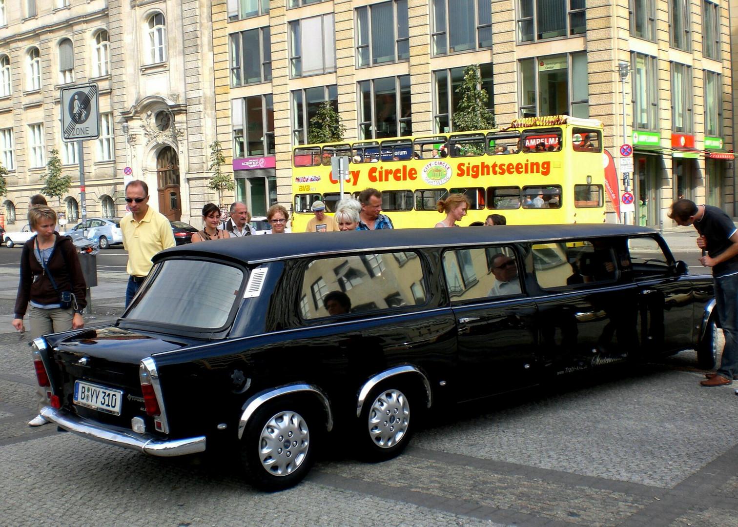 Trabi stiehlt Stadttourenbus die Show