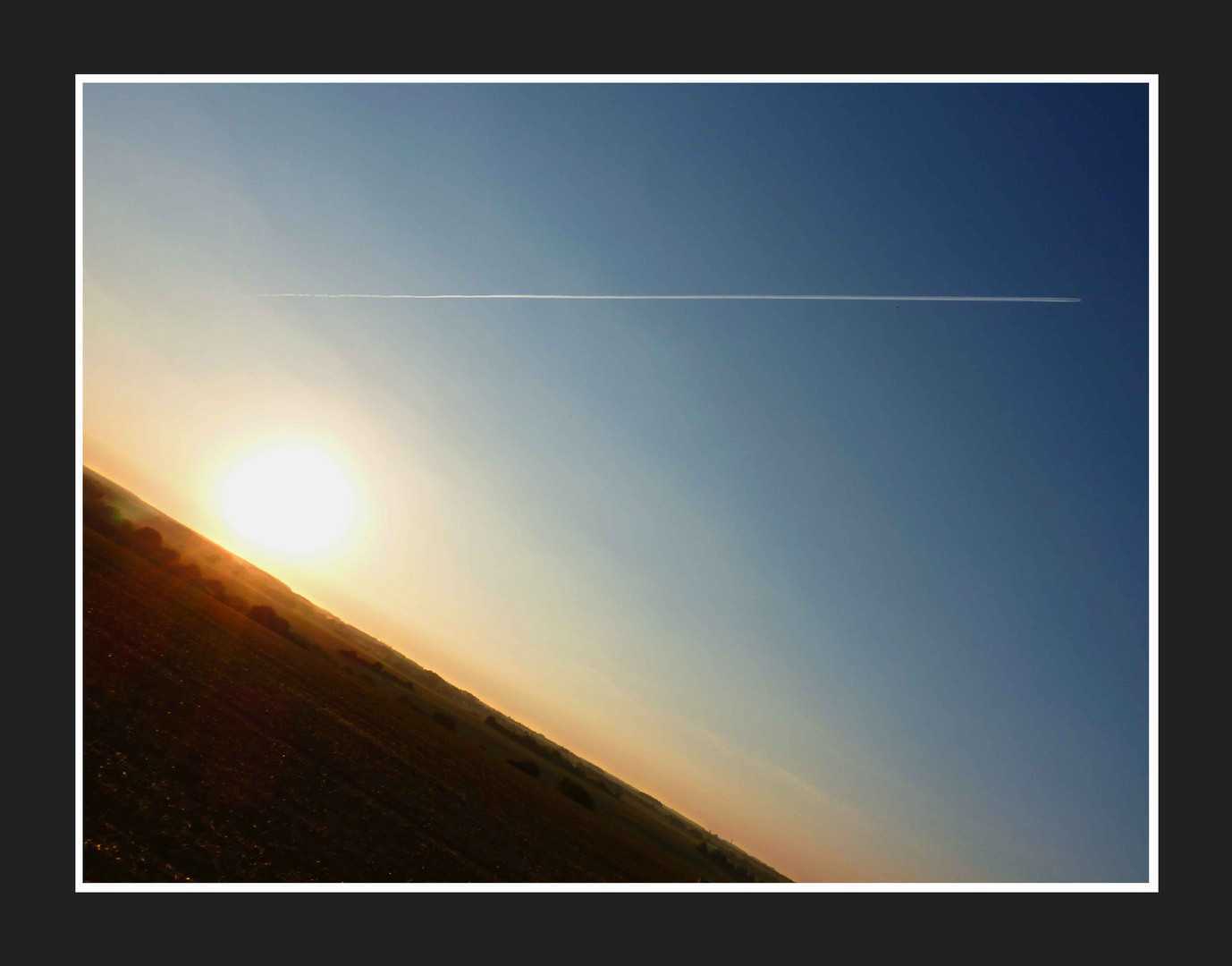 Trace d'avion dans le ciel
