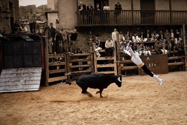 Traditioneller Stierkampf in einem kleinen spanischen Dorf.