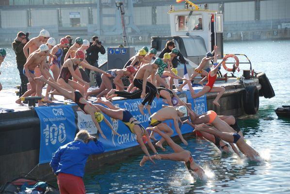 Traditionelles Weihnachts Schwimmen in Barcelona 2007