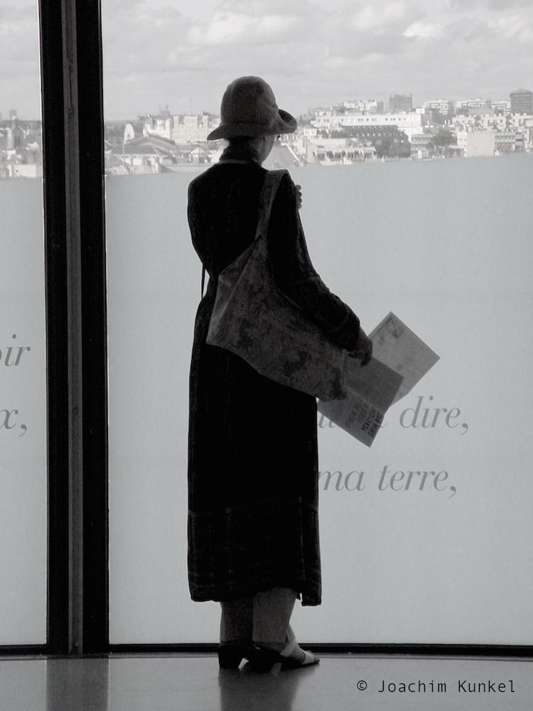 Träumende Frau im Centre Pompidou