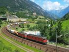 Train de 1800 tonnes dans la courbe d'entrée du tunnel de Wattingen sur la rampe nord du Gotthard.