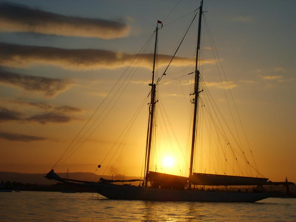 Tramonto in barca a vela foto immagini paesaggi albe e for Accessori per barca a vela