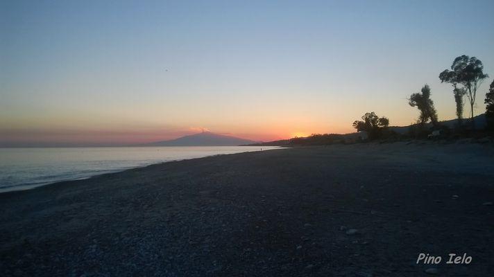 Tramonto sulla spiaggia Bova marina con vista dell'Etna
