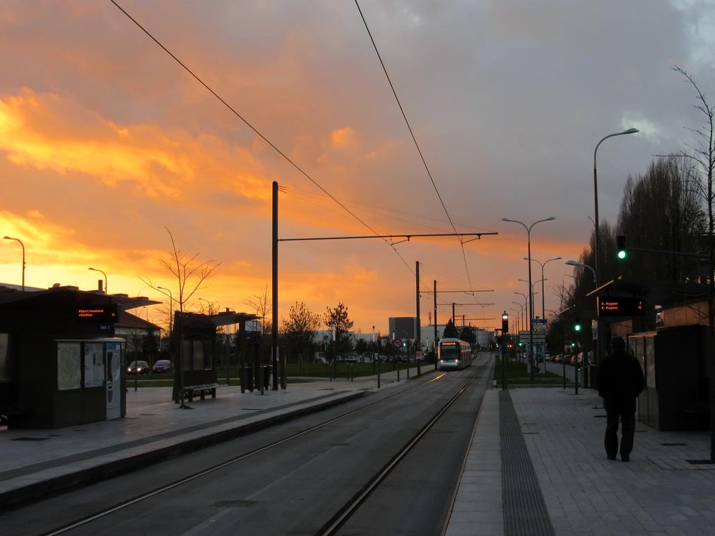 Tramway au soleil couchant