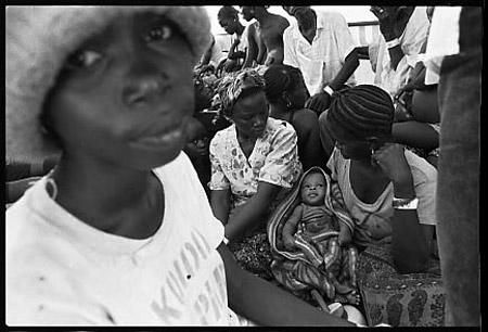Transports de réfugiés de sierra-léone à la frontière avec la Guinée