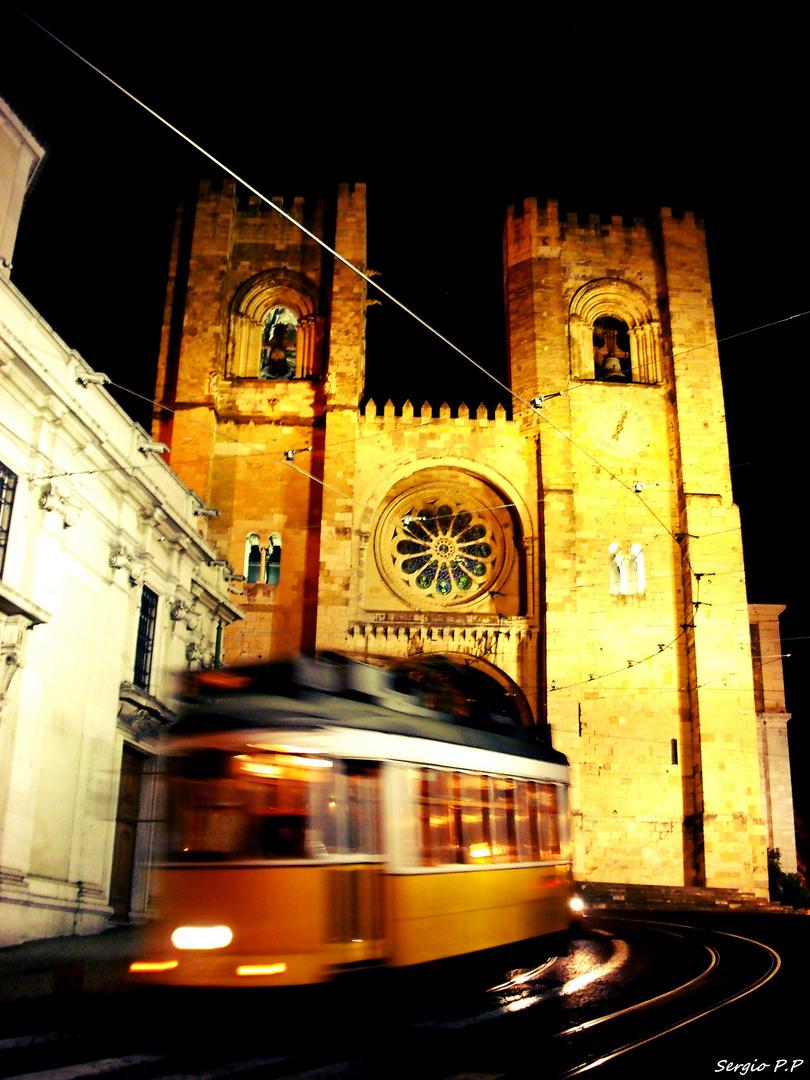 Tranvia y Catedral Lisboa