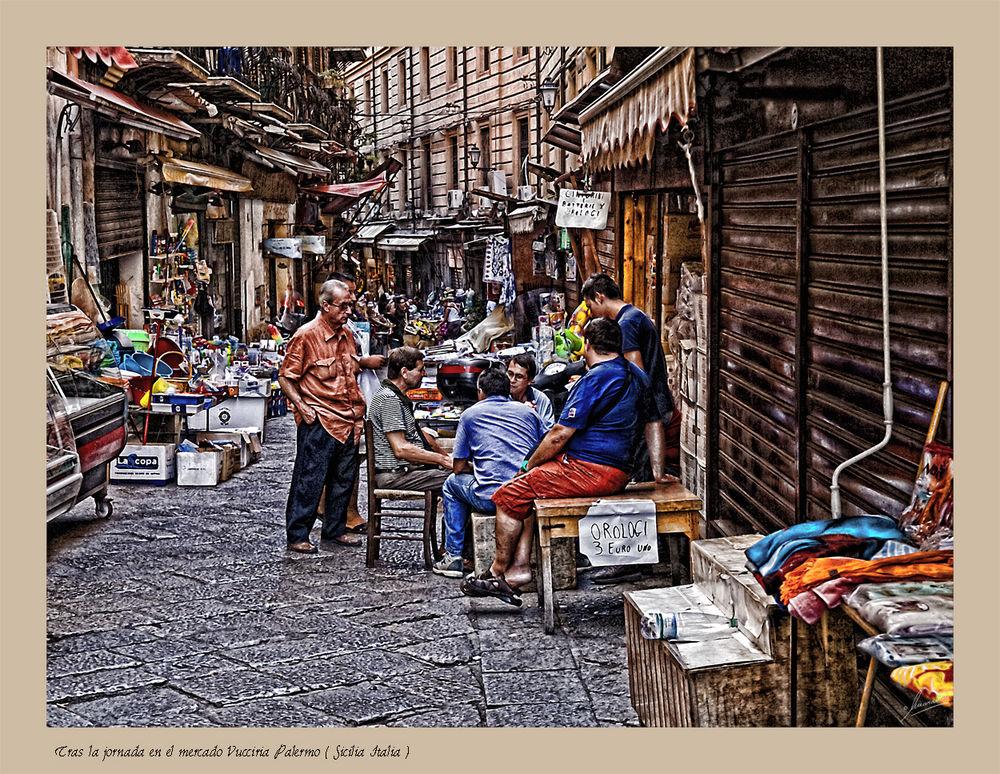 Tras la jornada en el mercado Vucciria Palermo ( Sicilia Italia )